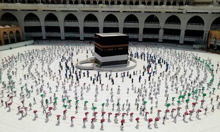 Hacı Adayları Kabe'de Sosyal Mesafeli Tavaf Gerçekleştirdi