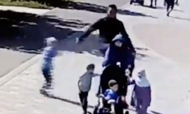Sokakta Yürüyen Başörtülü Kadına Çocuklarının Gözü Önünde Saldırı