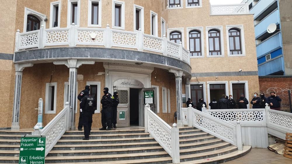 Berlin Mevlana Camii'ne sabah 07:00 sularında baskın düzenlendi.