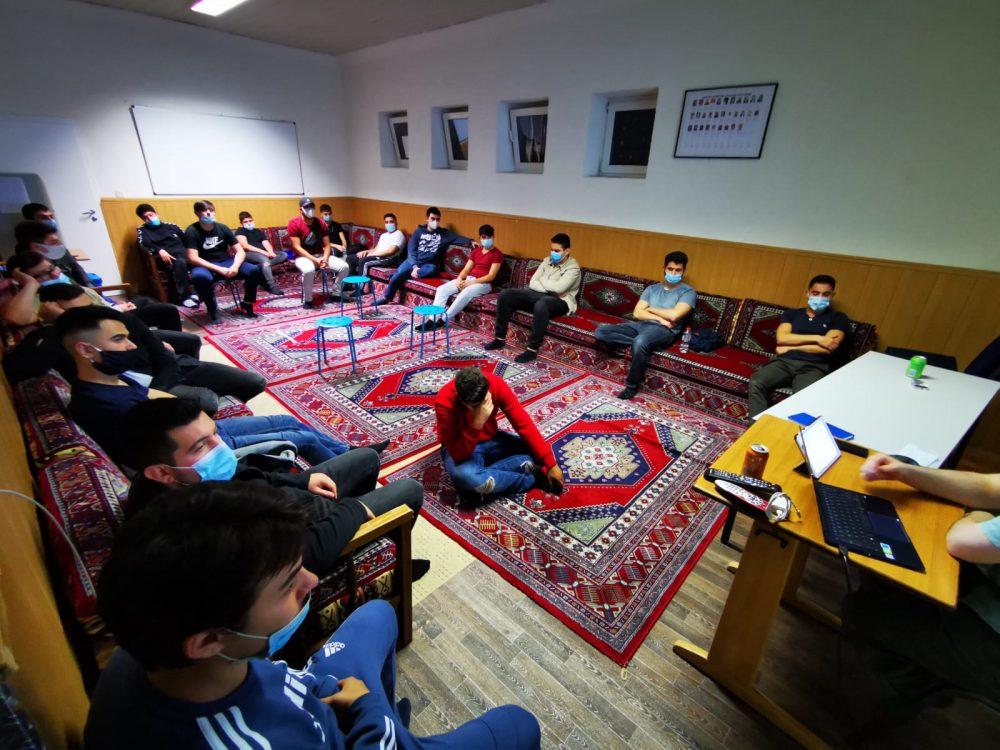 Avrupa'da Müslüman Gençler, salgının başlangıcından sonra tekrardan camilerde buluşuyor.