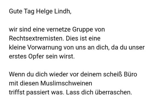 """Helge Lindh'te gelen tehdit maili: """"Birbirine bağlı Neo-Nazi grubuyuz. Bu bizden sana küçük bir uyarı. Çünkü sen bizim ilk kurbanımız olacaksın. Ofisinin önünde bir kez daha bu Müslüman domuzlarla fotoğraf çektirirsen, olanlar olur"""""""