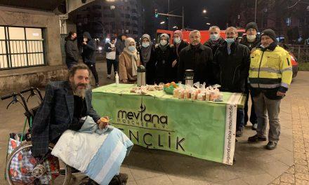 Berlin Mevlana Camii Evsizlere Çorba ve Yiyecek Dağıttı