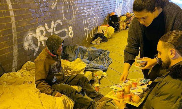 Berlin Ensar Camii Evsizlere Yemek Servis Etti