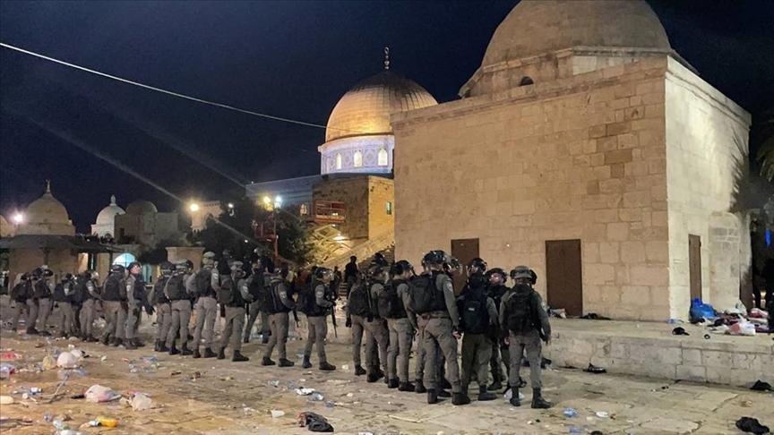 İsrail polisi, işgal altındaki Doğu Kudüs'te bulunan Mescid-i Aksa'da sabah namazından sonra Filistinli gençlere saldırdı. @aa