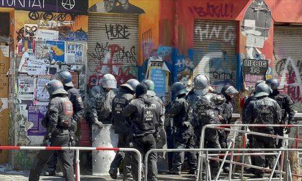 Almanya'da Polis Aşırı Solcu Gruplar Tarafından İşgal Edilen Binaya Zor Kullanarak Girdi