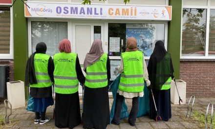 Hollanda'da Müslüman Gençler Çevre Temizliğinin Önemine Dikkat Çekti