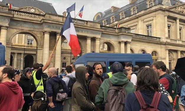 Fransa'da Kovid-19 Aşı Zorunluluğu Uygulaması Karşıtlarından Danıştayın Önünde Protesto