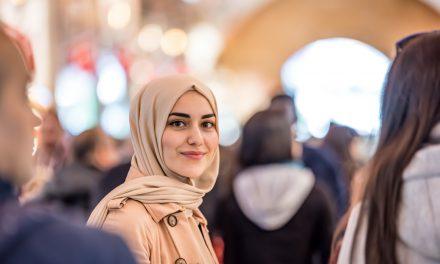 """""""Başörtülü Müslüman Kadınların Toplumdaki Varlığı Önemli"""""""