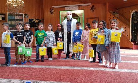 Avrupa'da Müslüman Öğrenciler Okullarına Camilerde Dua Ederek Başladı